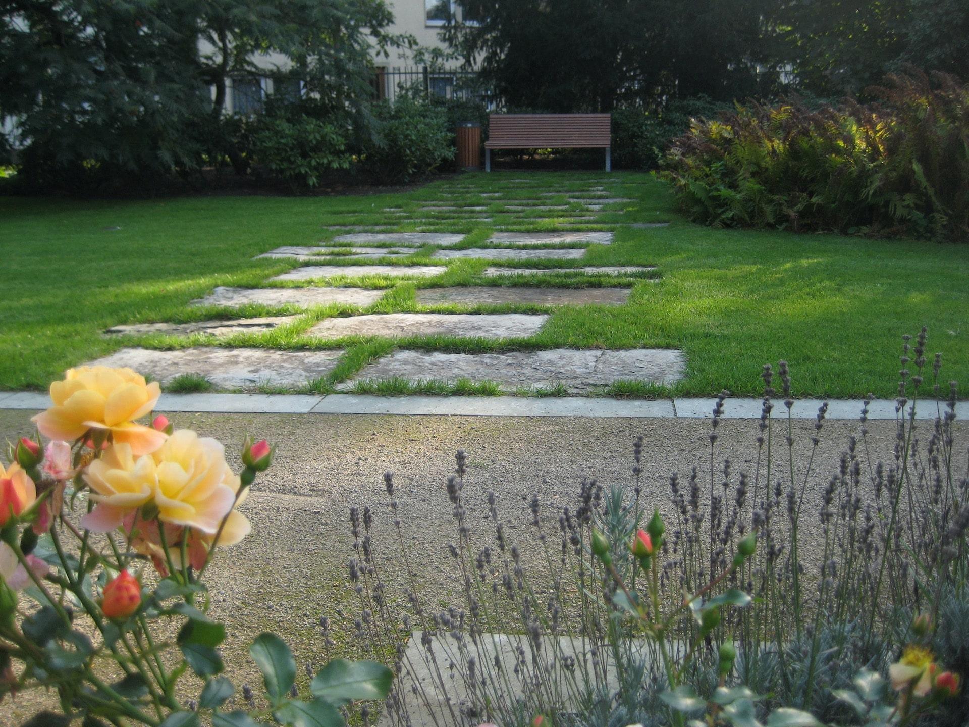 Drostengarten Trittplatten im Rasen